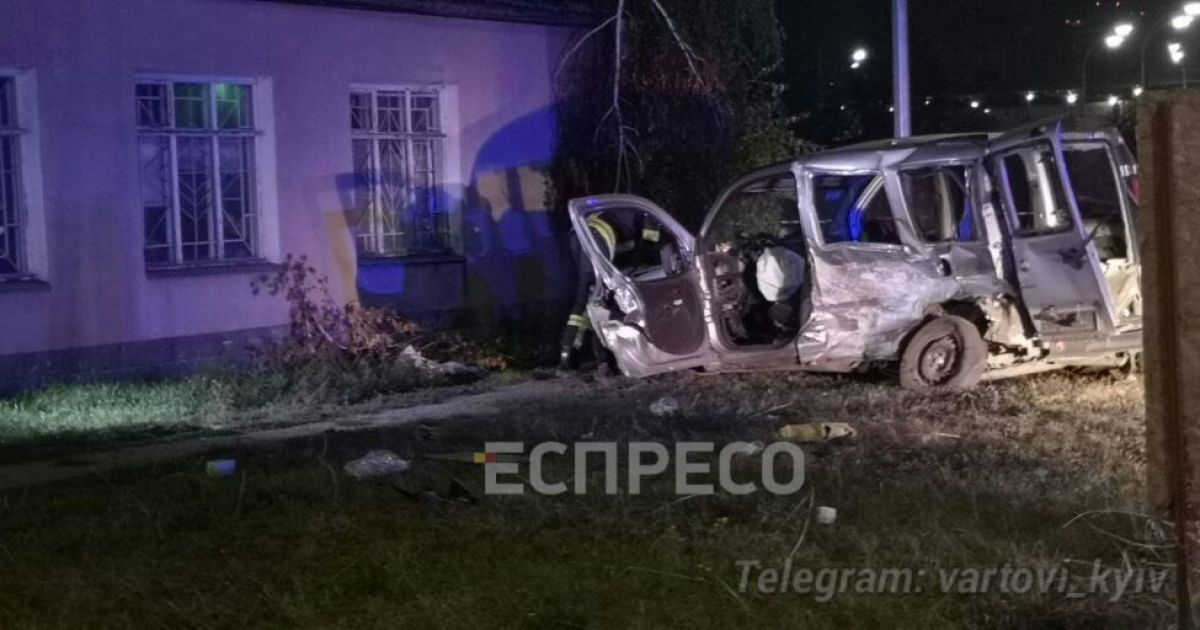 У Києві сталася серйозна аварія: людей довелося визволяти рятувальникам
