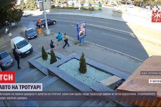Дивом оминув пішоходів: у Житомирі легковик злетів з дороги й врізався у парапет біля кафе