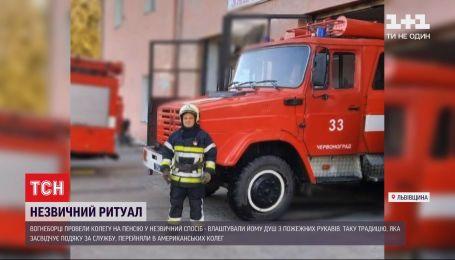 Пожарные провели на пенсию коллегу, облив из пожарных стволов