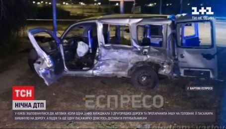Троє людей дістали тяжкі травми внаслідок нічної аварії у Києві