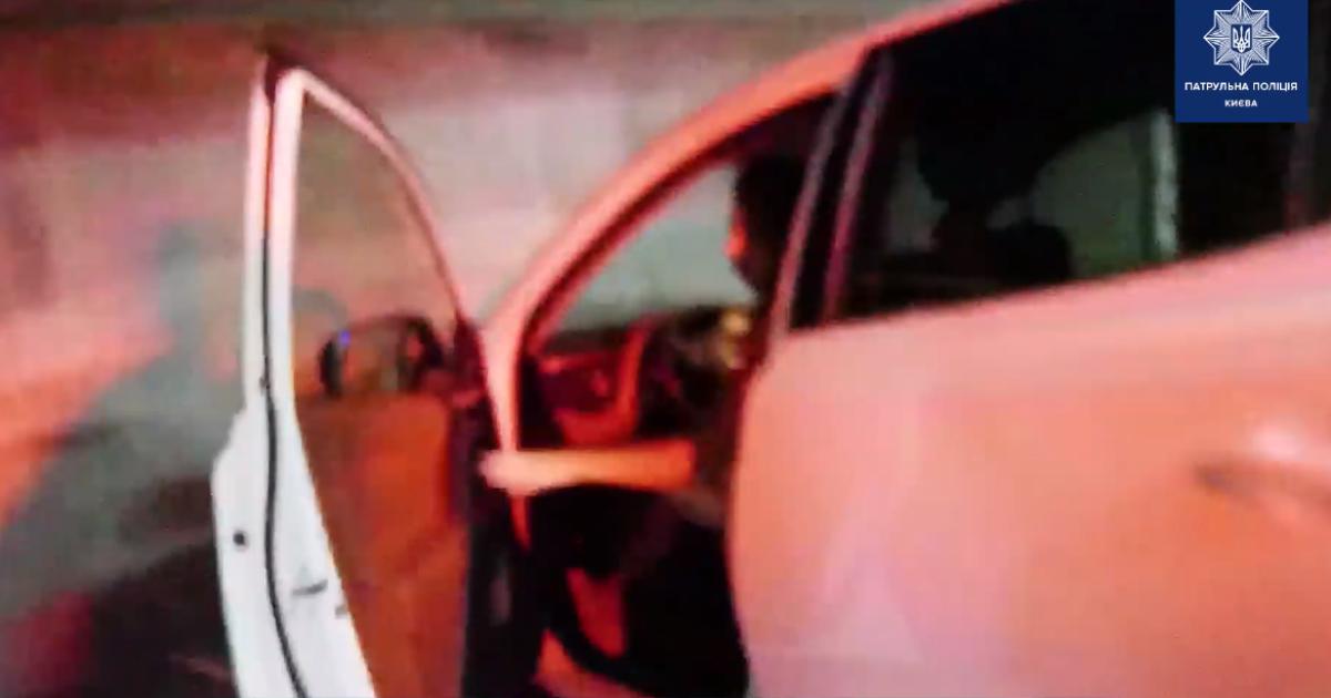 """У Києві п'яна водійка тікала від патрульних і відмовилася від огляду, бо """"не сподобалися свідки"""""""