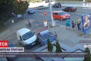 У Житомирі легковик злетів з дороги, врізався у парапет біля кафе та дивом оминув пішоходів