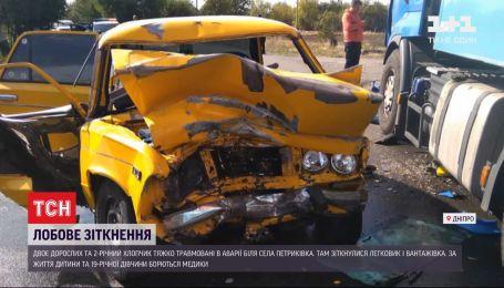 Легковушка столкнулась с грузовиком в Днепропетровской области, есть травмированные