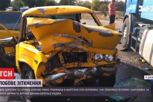 Легковик зіткнувся з вантажівкою у Дніпропетровській області, є травмовані