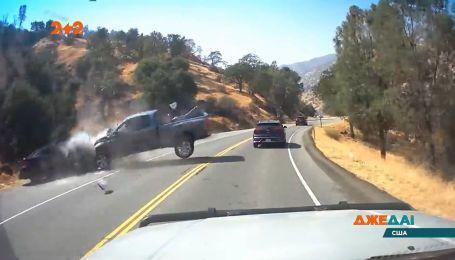 Виїхав на зустрічку і натиснув на газ: у Каліфорнії водій створив ДТП під час затору