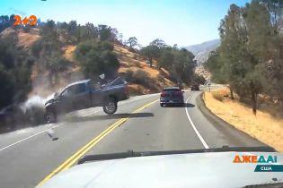 Выехал на встречку и нажал на газ: в Калифорнии водитель создал ДТП во время затора