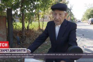 Ездит на мопеде, делает вино и селфится: столетний дедушка поделился секретами долголетия