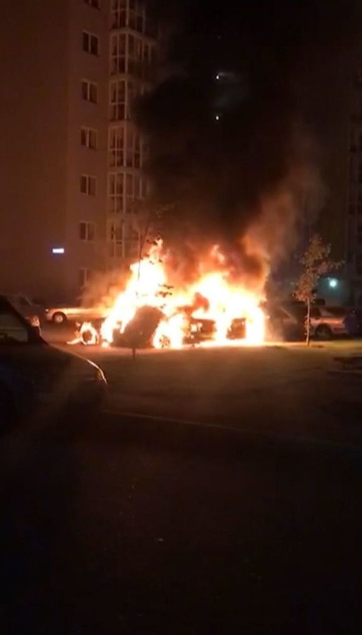 У Києві на парковці згоріли три автівки