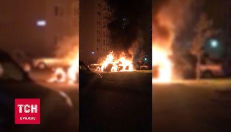 В Киеве на парковке сгорели три автомобиля
