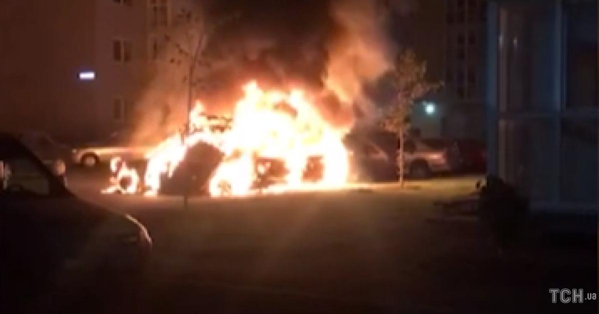 У Києві на парковці згоріли три автівки, сусіди припускають підпал