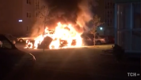 В Киеве на парковке сгорели три автомобиля, соседи предполагают поджог