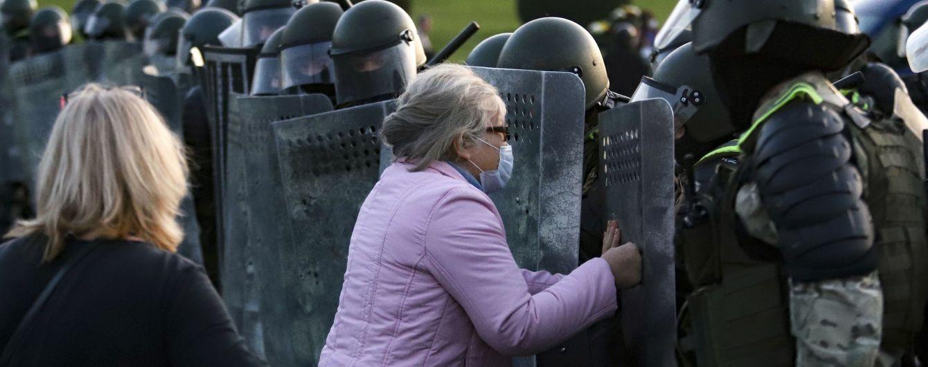 У Білорусі з новою силою вибухнули протести: силовики розганяли людей водометами та били кийками