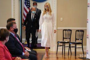 У білому вбранні і відкритих босоніжках: Іванка Трамп вручила премію