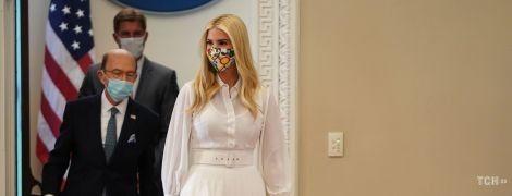 В белом наряде и открытых босоножках: Иванка Трамп вручила премию
