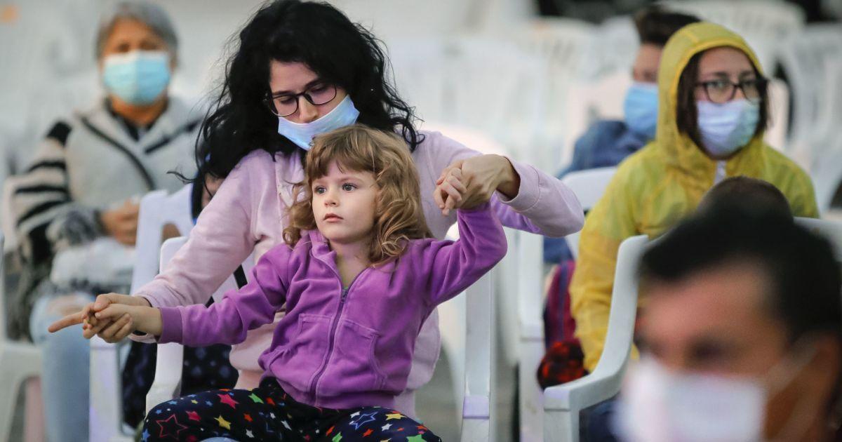 В Киеве за сутки коронавирусом заразились 31 ребенок и 13 медиков: карта заболеваемости