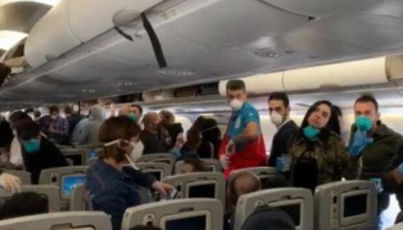 Украинских туристов сняли с рейса Киев-Анталия за хамство и отказ надеть маску