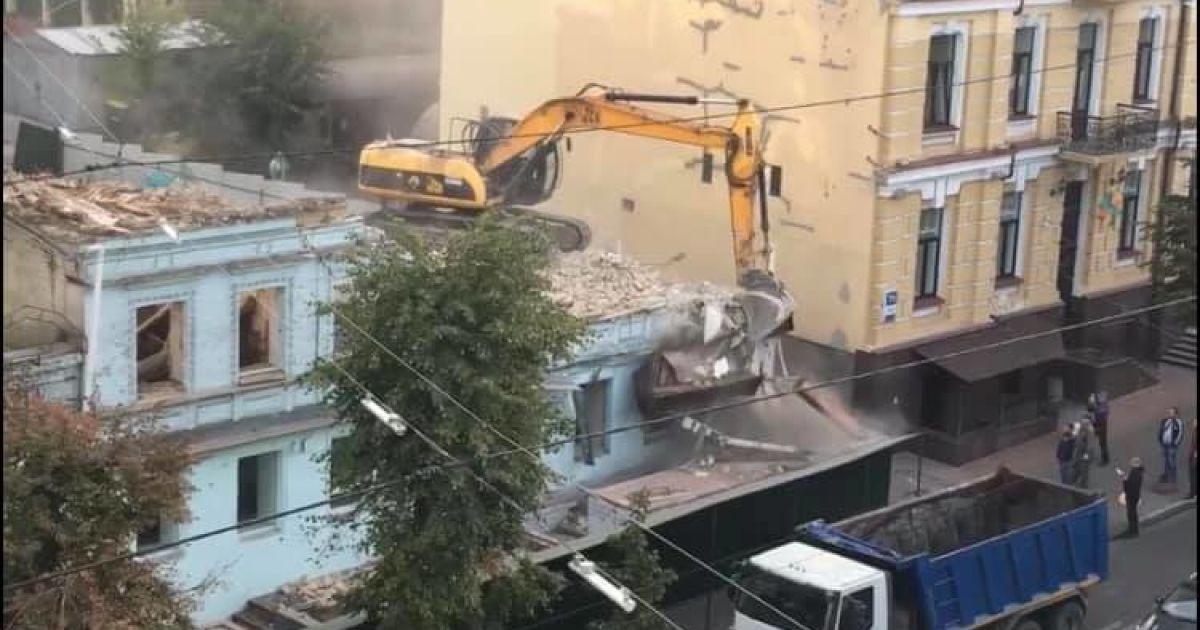 У Києві на Саксаганського бульдозер трощить історичний будинок: фото