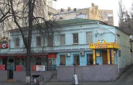 У Києві на вулиці Саксаганського, 76 бульдозер трощить історичний будинок