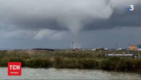 Торнадо на заході Франції: троє людей постраждали