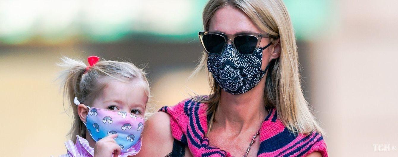 Дбайлива мама: Нікі Гілтон сфотографували з молодшою донькою на руках