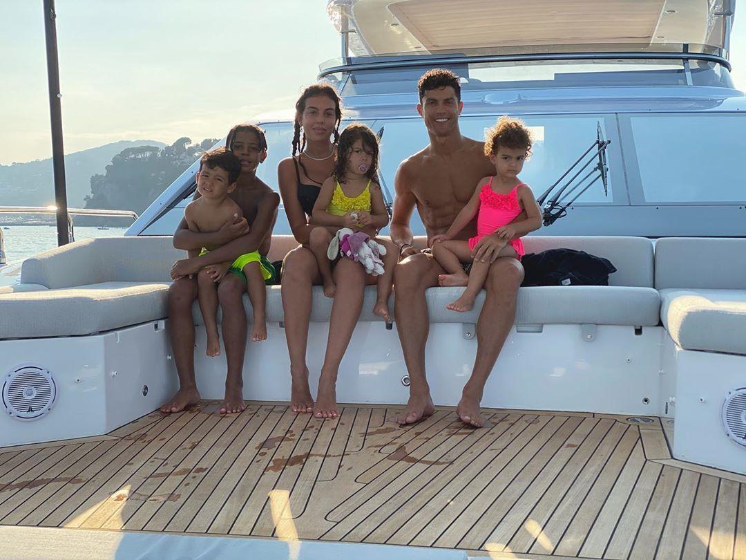 Роналду з Джорджиною і дітьми