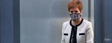 В черно-белом луке с маской из тартана: эффектный образ первого министра Шотландии