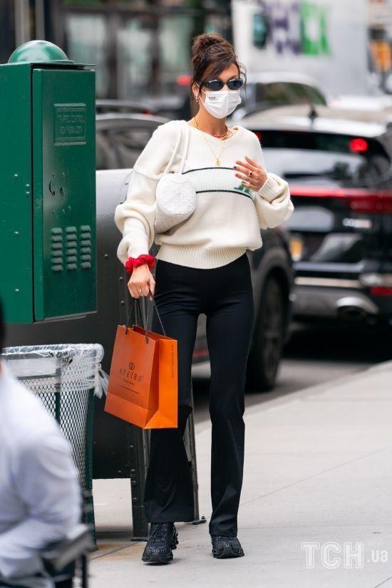 У теплому светрі і обтислих штанях: Белла Хадід на вулицях Нью-Йорка