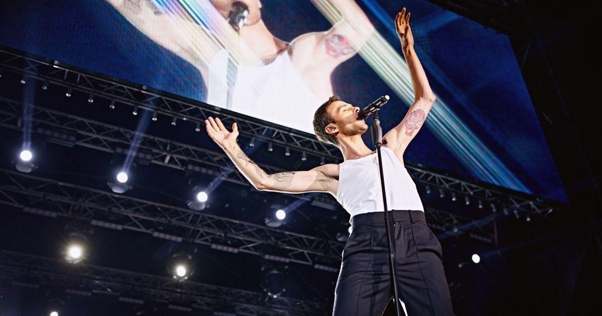 Камерная амосфера и исполнение хитов хором: как прошел отвоеванный концерт Макса Барских в Киеве