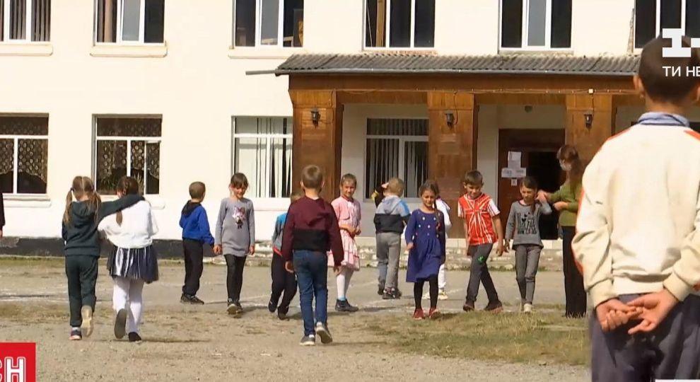 Відео - У Верховині вчителі і техперсонал сьомий рік поспіль власним коштом ремонтують  школу - Сторінка відео