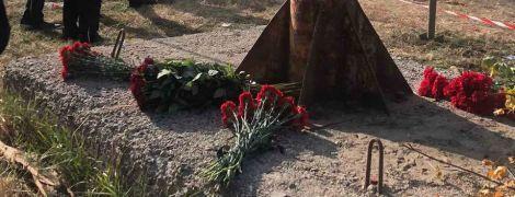 Квіти та розбиті горем батьки: що наразі відбувається на місці падіння військового літака під Харковом