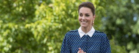 В платье-рубашке и с детьми: герцогиня Кембриджская и принц Уильям провели встречу в Кенсингтонском дворце