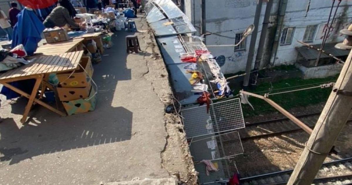 Причиною обвалення перил на пішохідному мосту біля вокзалу в Києві стала стихійна торгівля