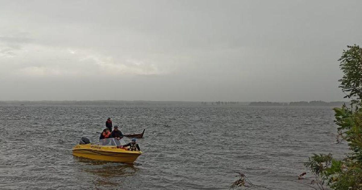 У Дніпрі під Києвом перекинувся човен: у холодній воді опинилися дев'ятеро людей