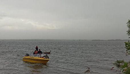 В Днепре под Киевом перевернулась лодка: в холодной воде оказались девять человек