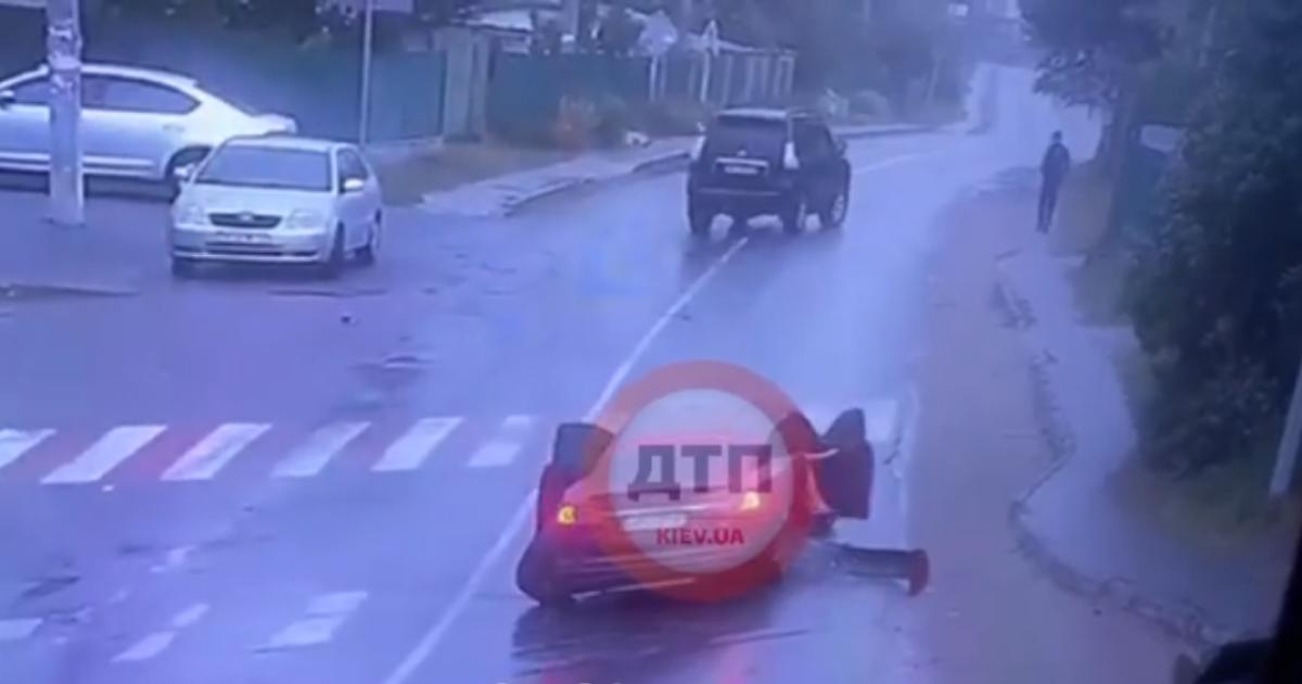 Біля супермаркету під Києвом позашляховик розбив припарковані авто і Tesla з дитиною: відео