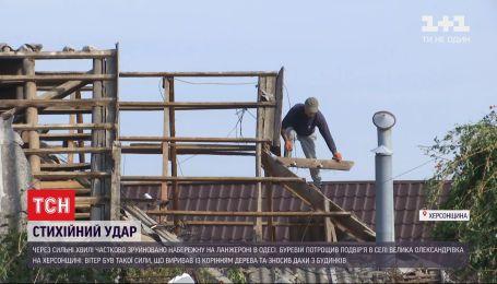 На півдні України через негоду знеструмлені 40 населених пунктів, вітер зніс покрівлі з будинків