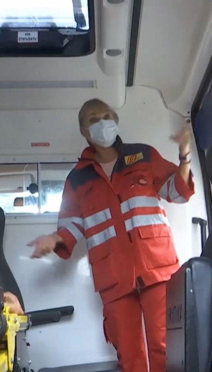 В Запорожье неадекватный мужчина разбил стекла и пытался вломиться в машину скорой