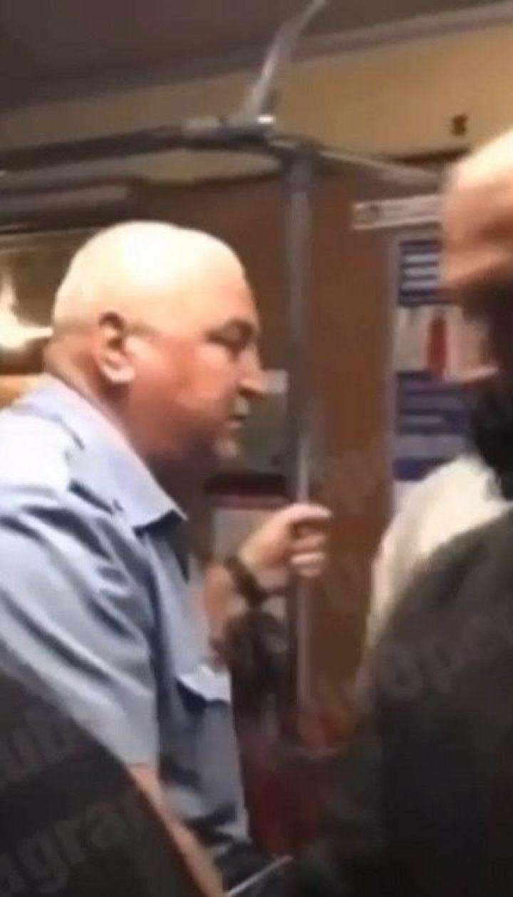 Зупинка руху потягів: у столичному метро чоловік потрапив під потяг