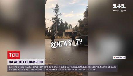 В Запорожье пьяный водитель покромсал свое авто топором