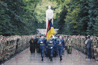 Море цветов и слезы: в Харькове провели в последний путь погибшего в крушения Ан-26 курсанта (видео)