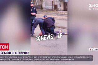 В Запорожье пьяный водитель порубил собственное авто топором