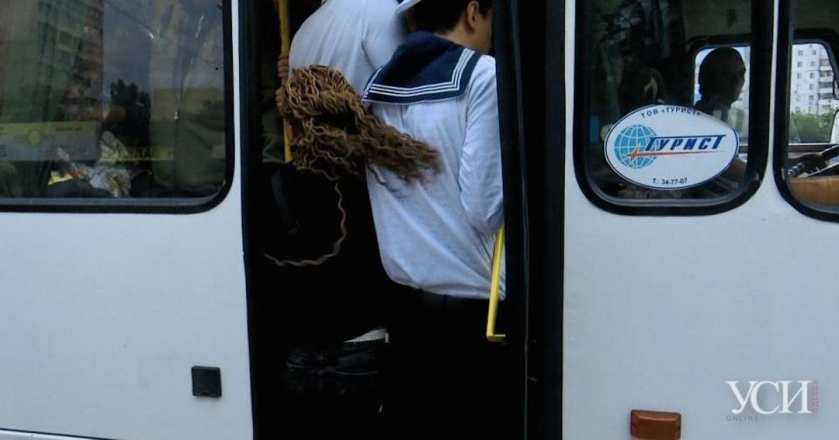 Попри карантин: в Одесі пасажири набиваються у маршрутки та ледь не вивалюються з них