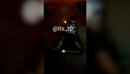 В Запорожье молодые парни привязали скотчем к мужчине петарды и взорвали их