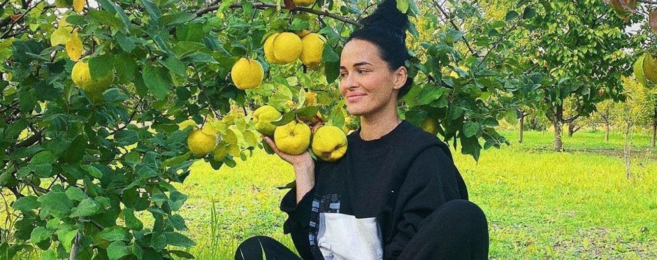 Такая естественная: Даша Астафьева в спортивном костюме позировала в яблочном саду