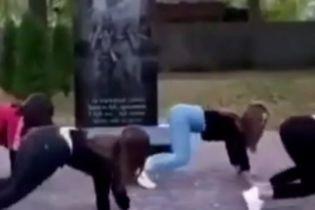 Станцевали тверк у памятника погибших в АТО: в Черниговской области вокруг 4-х школьниц вспыхнул скандал (видео)
