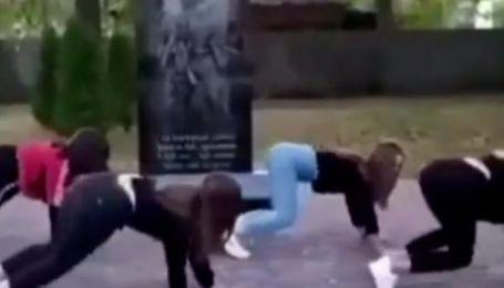 Станцювали тверк біля пам'ятника загиблим в АТО: у Чернігівській області навколо чотирьох школярок спалахнув скандал (відео)