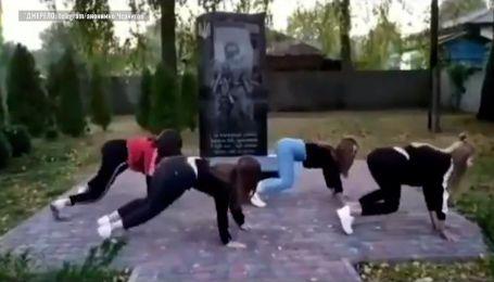 Станцювали тверк біля пам'ятника загиблим в АТО: у Чернігівській області навколо чотирьох школярок спалахнув скандал