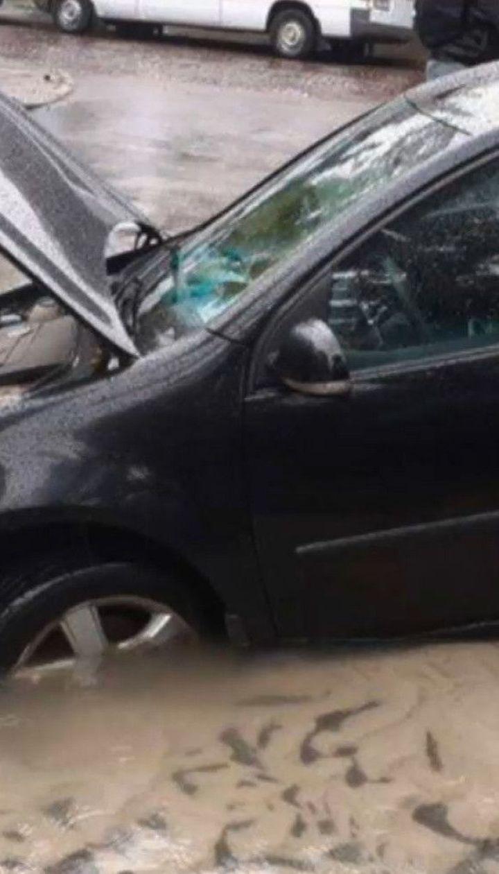 Провалля на дорозі: у Львові під асфальтом опинився автомобіль