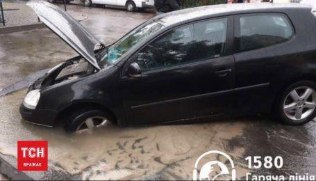 Пропасть на дороге: во Львове под асфальтом оказался автомобиль
