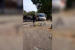 Деревопад у Харкові: через сильний вітер гілки падають на людей та авто (відео)